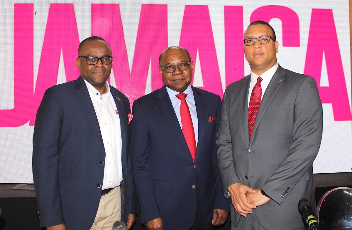 De gauche à droite: Donovan White, directeur du tourisme, Jamaica Tourist Board; L'hon. Edmund Bartlett, ministre du Tourisme de la Jamaïque; Perrin Gayle, premier vice-président, Services bancaires aux entreprises et aux entreprises, Banque Scotia.
