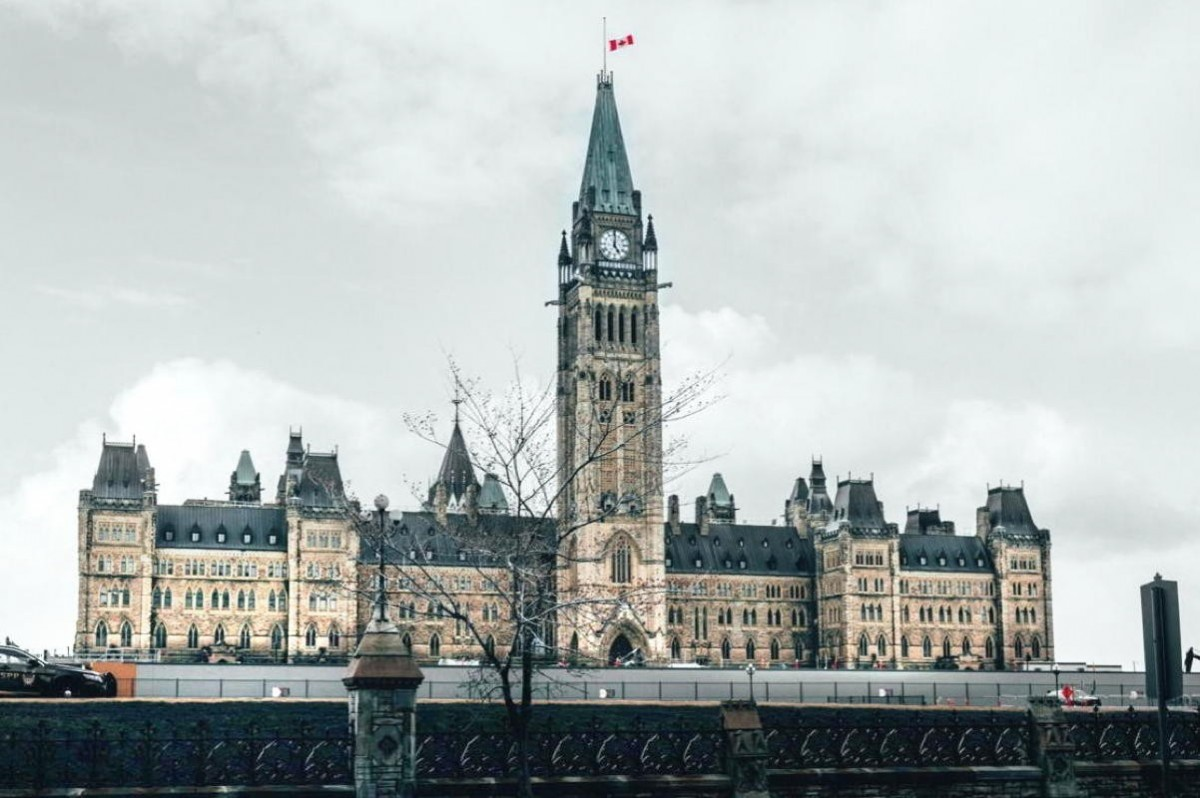 Ottawa unveils legislation that bars travelling Canadians from accessing benefits while in quarantine