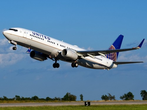 United Airlines mandates vaccines for all workers